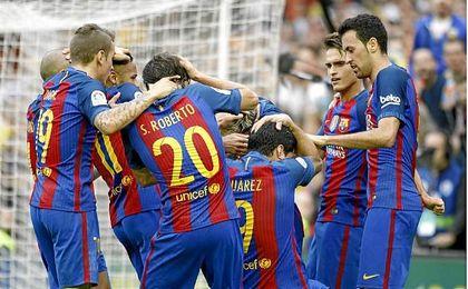 Los jugadores del Barcelona se tiran al suelo en la celebración del tanto de Messi.
