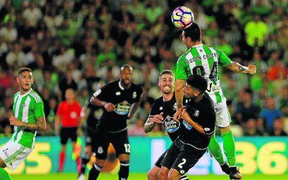 Tonny Sanabria observa cómo Rubén Castro se impone en el salto al ex verdiblanco Juanfran durante el Betis-Deportivo.