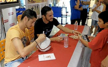 Sarabia y Escudero durante una sesión de firmas.