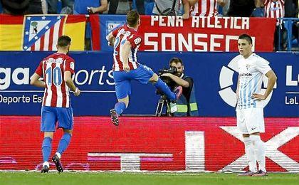 Gameiro celebra uno de sus goles en presencia de Carrasco, el otro bigoleador de la tarde.