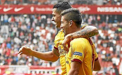 Vietto, junto a Vitolo tras marcar en El Molinón.