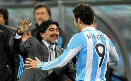 Maradona abraza a Higuaín en el Mundial de 2010.