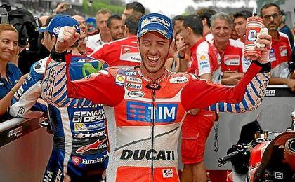 Dovizioso celebra la victoria antes de subir al podio de Sepang.