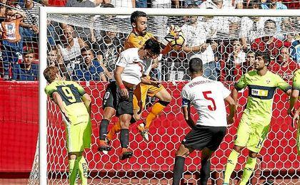 Borja Lasso intenta rematar ante Juan Carlos.