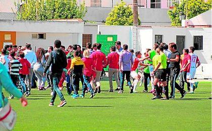 Aficionados del Antoniano saltan al campo ante el Espeleño.