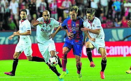 Steven N´Zonzi presiona a Rakitic junto a Vietto durante la ida de la Supercopa de España.