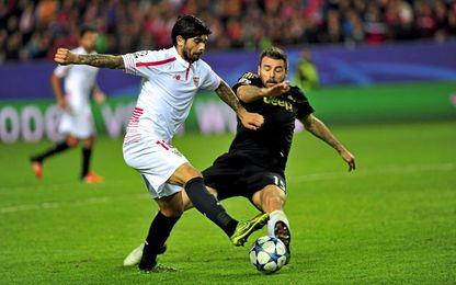 Banega y Barzagli, durante el Sevilla-Juventus de a 15/16.