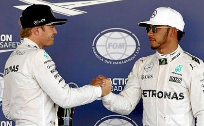 Nico Rosberg y Lewis Hamilton se saludan.