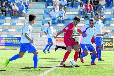 El centrocampista blanquiazul Yeyo (derecha) dio la victoria al Alcalá con su gol en Los Barrios.