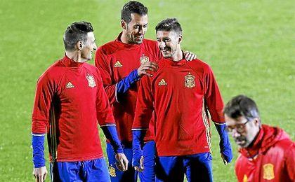 Escudero, en el entrenamiento de España con Busquets y Aduriz.