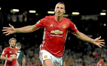 Ibrahimovic celebra un gol con el Manchester United.