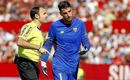 Mateu Lahoz, con Sergio Rico en el duelo ante el Alavés.