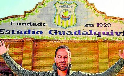 Jorge Bayón posa para ESTADIO Deportivo en el estadio Guadalquivir en su etapa coriana.
