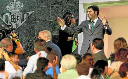 Ángel Haro, que aún no era presidente, llegó entre vítores al palco tras su victoria en la Junta del 23-S.