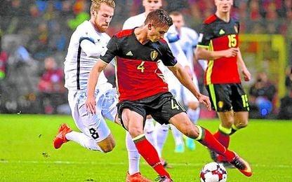 Dendoncker jugó como central con Bélgica contra Estonia.
