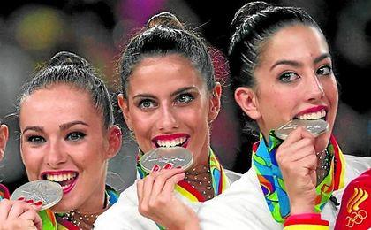 Lourdes Mohedano, en el centro, mordiendo su medalla de plata en Río 2016.