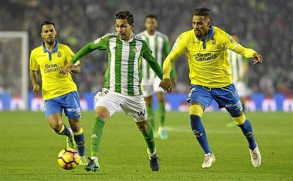 Boateng presiona a Petros en el partido del Benito Villamarín.