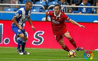 Sarabia conduce la pelota en Riazor.
