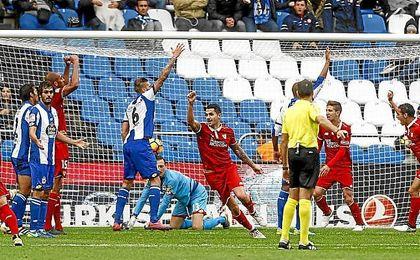Vitolo celebra el gol de Mercado en el tiempo añadido.