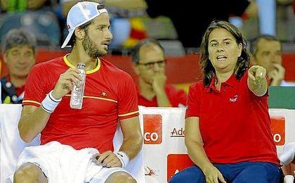 Feliciano López escucha a Conchita Martínez en un partido de la Copa Davis.