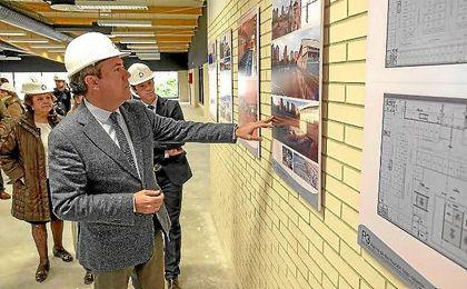 Juan Espadas y David Guevara, en las instalaciones del C.D. Supera Guadalquivir de Triana.