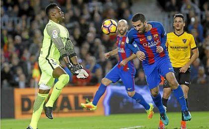 En la imagen, Kameni evita el gol de Arda en el Camp Nou.
