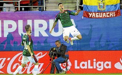 Sergio León y Roberto Torres, goleadores ese día, celebran la única derrota del Eibar en casa.