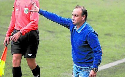 Carlos Conejero da instrucciones a sus jugadores ante el Ciudad de Lucena.
