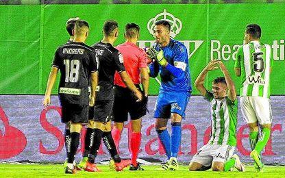 En contra, al Betis le han pitado un penalti, ante el Granada.