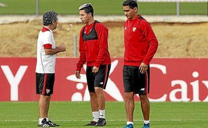 Juanma Lillo conversa con Samir Nasri durante un entrenamiento.