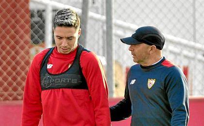 Nasri conversa con Sampaoli en un entrenamiento.