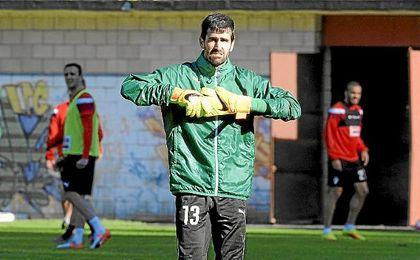 Debutó en el fútbol profesional con el Eibar en Segunda.