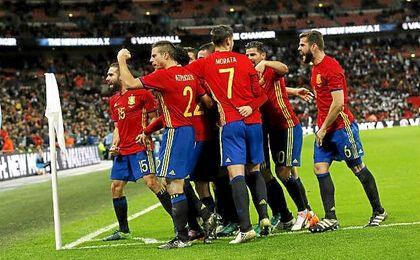 La Selección celebra uno de sus goles en el último amistoso ante Inglaterra.