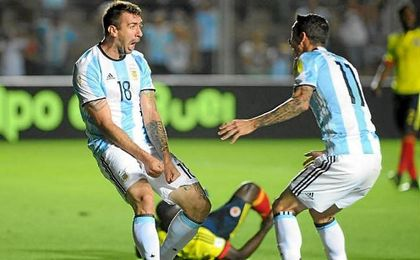 Pratto celebra su gol con Argentina junto a Di María.