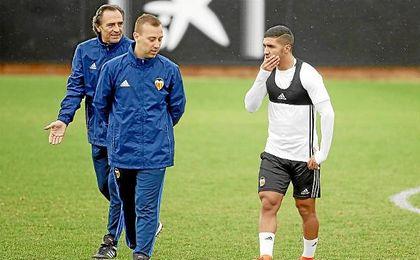 Prandelli, en un entrenamiento junto a Bakkali.