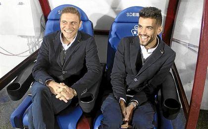 Joaquín, junto a Ceballos, antes del comienzo del partido en Eibar.