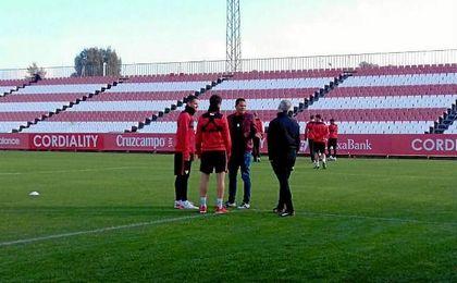 Bacca, presenciando el entrenamiento del Sevilla F.C.