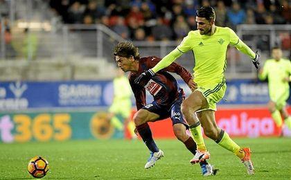 Acción en la que el árbitro señaló falta y expulsó al lateral italiano.