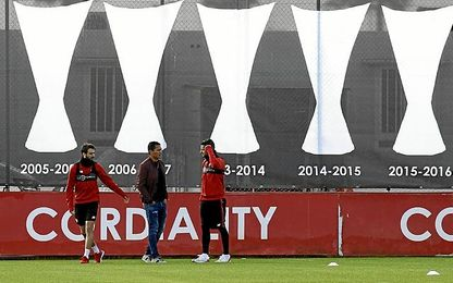 Visita de Bacca a la ciudad deportiva del Sevilla.