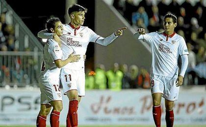 Correa celebra uno de sus goles con Ben Yedder y Ganso.
