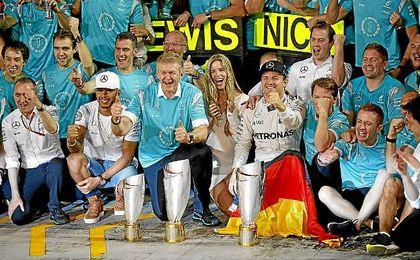 Hamilton y Rosberg, tras la finalización del Gran Premio de Abu Dabi.