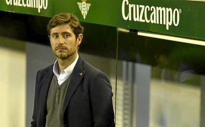 Víctor, pensativo, en los prolegómenos del Betis-Deportivo