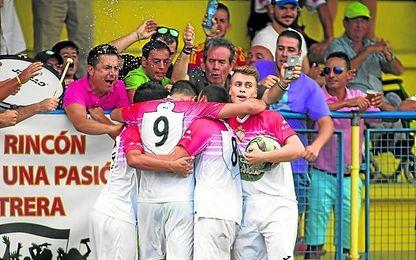 Domingo, con el balón en sus manos, celebra un gol con el Utrera el pasado año.