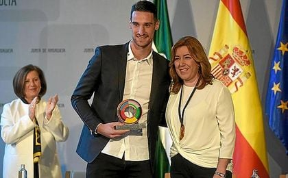 Sergio Rico, junto a Susana Díaz en la entrega de los premios.