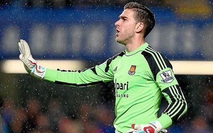 Adrián podría dejar el West Ham.