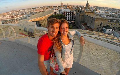 Marc Muniesa, con su pareja, en Sevilla.