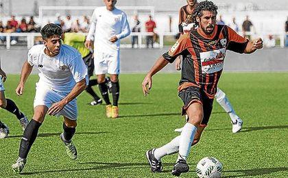 José Carlos (izquierda) con el Sevilla C persigue a Fornell (Lebrijana) en el duelo de esta temporada.