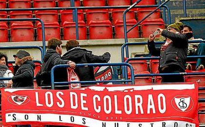 Imagen de varios aficionados del Sevilla antes de comenzar el partido en El Sadar.