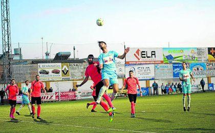 En la imagen, un lance de la Lebrijana-Alcalá disputado en la tarde de ayer. FOTO MARIO.