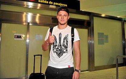 Zozulya, a su llegada a Sevilla y con una camiseta que llevó a muchos a la confusión.